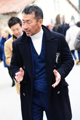 Wie kombinieren: dunkelblauer Mantel, dunkelblauer Anzug, dunkelblaue Weste, weißer Rollkragenpullover