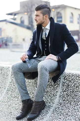 Paaren Sie einen dunkelblauen Mantel mit einem grauen Wollanzug für eine klassischen und verfeinerte Silhouette. Suchen Sie nach leichtem Schuhwerk? Entscheiden Sie sich für eine dunkelbraune lederfreizeitstiefel für den Tag.
