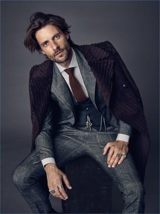Braune Strick Krawatte kombinieren: trends 2020: Entscheiden Sie sich für einen dunkellila Mantel und eine braune Strick Krawatte für eine klassischen und verfeinerte Silhouette.