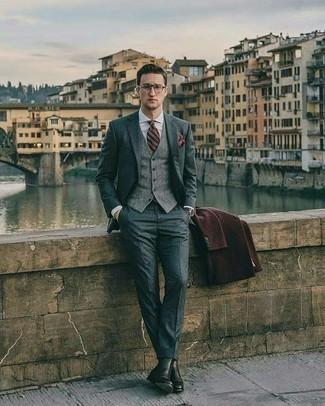 Herren Outfits & Modetrends 2020 für Winter: Tragen Sie einen dunkelbraunen Mantel und einen grauen Anzug, um vor Klasse und Perfektion zu strotzen. Bringen Sie die Dinge durcheinander, indem Sie schwarzen Chelsea Boots aus Leder mit diesem Outfit tragen. Schon mal so einen stylischen Winter-Look gesehen?