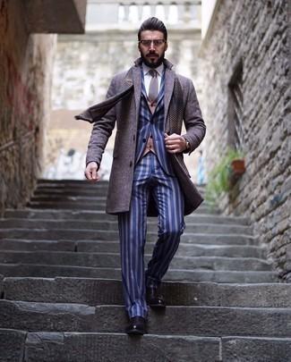 Dunkelbraune Chelsea Boots aus Leder kombinieren – 291 Herren Outfits: Kombinieren Sie einen grauen Mantel mit einem blauen vertikal gestreiften Anzug, um vor Klasse und Perfektion zu strotzen. Suchen Sie nach leichtem Schuhwerk? Wählen Sie dunkelbraunen Chelsea Boots aus Leder für den Tag.