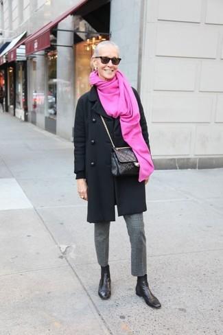 schwarzer Mantel, graue Wollanzughose, schwarze Chelsea-Stiefel aus Leder, schwarze gesteppte Leder Umhängetasche für Damen