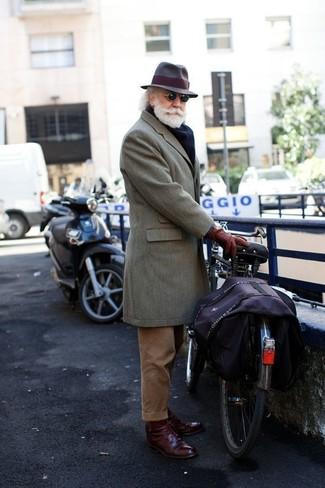 Wie kombinieren: grauer Mantel, braune Anzughose aus Kord, dunkelrote Leder Derby Schuhe, dunkelbrauner Wollhut