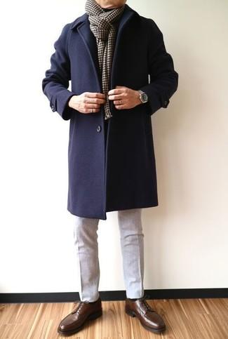 Wie kombinieren: dunkelblauer Mantel, graue Wollanzughose, dunkelbraune Leder Derby Schuhe, dunkelbrauner Schal mit Karomuster