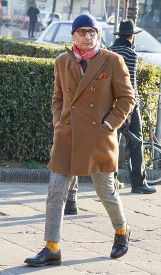 Wie kombinieren: camel Mantel, graue Wollanzughose mit Karomuster, schwarze Leder Derby Schuhe, blaue Mütze