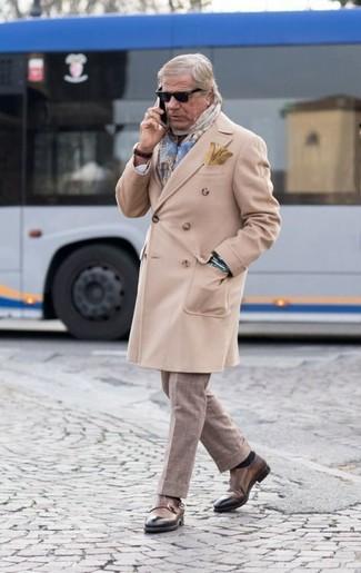 Wie kombinieren: beiger Mantel, hellbeige Anzughose mit Karomuster, braune Doppelmonks aus Leder, hellblauer Schal mit Schottenmuster