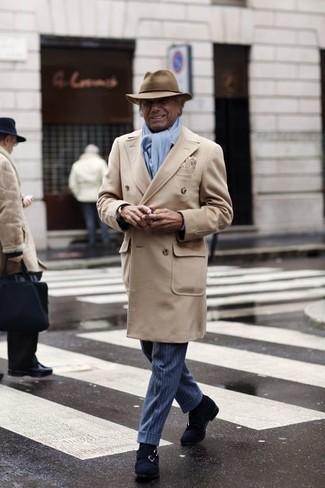 60 Jährige: Blaue Anzughose kombinieren: trends 2020: Tragen Sie einen beigen Mantel und eine blaue Anzughose, um vor Klasse und Perfektion zu strotzen. Wenn Sie nicht durch und durch formal auftreten möchten, ergänzen Sie Ihr Outfit mit dunkelblauen Doppelmonks aus Wildleder.