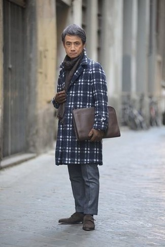 Mode für Herren ab 50 2020: Paaren Sie einen dunkelblauen Mantel mit Schottenmuster mit einer dunkelblauen Anzughose für einen stilvollen, eleganten Look. Dunkelbraune Doppelmonks aus Wildleder sind eine ideale Wahl, um dieses Outfit zu vervollständigen.