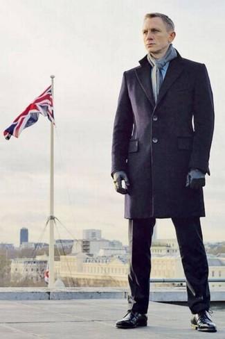 Daniel Craig trägt Dunkelblauer Mantel, Schwarze Anzughose, Schwarze Lederformelle stiefel, Grauer Schal