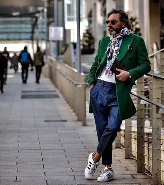 kalt Wetter Outfits Herren 2020: Tragen Sie einen dunkelgrünen Mantel für einen stilvollen, eleganten Look. Weiße und schwarze Leder niedrige Sneakers leihen Originalität zu einem klassischen Look.