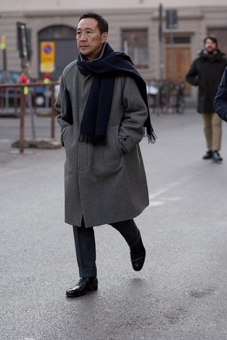 schwarzer und weißer Mantel mit Karomuster, dunkelblaue Wollanzughose, schwarze Leder Oxford Schuhe, schwarze Leder Clutch Handtasche für Herren