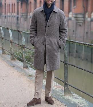 Weiße Socken kombinieren – 1200+ Herren Outfits: Paaren Sie einen dunkelbraunen Mantel mit Hahnentritt-Muster mit weißen Socken für einen entspannten Wochenend-Look. Fügen Sie dunkelbraunen Wildleder Oxford Schuhe für ein unmittelbares Style-Upgrade zu Ihrem Look hinzu.