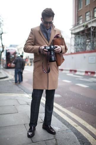 Braune Leder Aktentasche kombinieren: trends 2020: Ein camel Mantel und eine braune Leder Aktentasche vermitteln eine sorglose und entspannte Atmosphäre. Fühlen Sie sich mutig? Vervollständigen Sie Ihr Outfit mit dunkellila Leder Slippern mit Quasten.