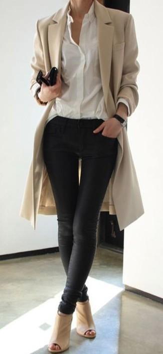Die Paarung aus einem beige Mantel und einem Unterteil ist eine komfortable Wahl, um Besorgungen in der Stadt zu erledigen. Hellbeige Leder Stiefeletten mit Ausschnitten sind eine großartige Wahl, um dieses Outfit zu vervollständigen.