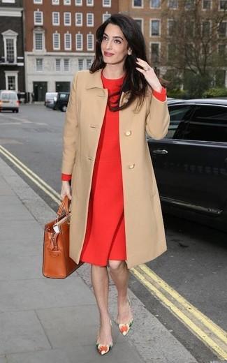 Wie kombinieren: beige Mantel, rotes Etuikleid, mehrfarbige Leder Pumps mit Blumenmuster, rotbraune Shopper Tasche aus Leder