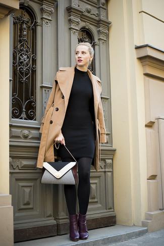 Graue Umhängetasche kombinieren – 238 Damen Outfits: Ein beige Mantel und eine graue Umhängetasche kreieren einen lässigen Alltags-Look, der aber immer stylisch bleibt. Vervollständigen Sie Ihr Look mit lila Leder Stiefeletten.