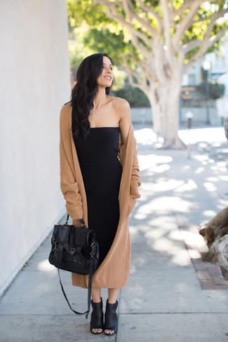 Wie kombinieren: beige Strick Mantel, schwarzes figurbetontes Kleid, schwarze Leder Stiefeletten mit Ausschnitten, schwarze Satchel-Tasche aus Leder