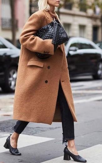 Schwarze Jeans kombinieren – 1200+ Damen Outfits: Entscheiden Sie sich für einen beige Mantel und schwarzen Jeans, um ein entspanntes Outfit zu erhalten. Vervollständigen Sie Ihr Look mit schwarzen Leder Pumps.