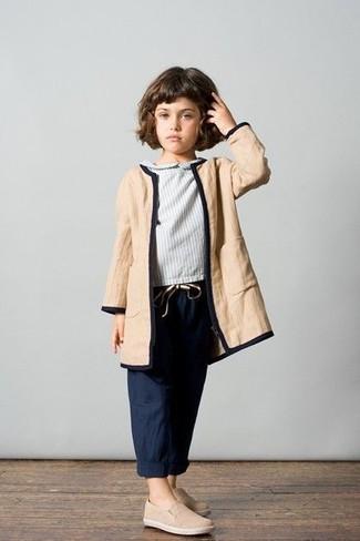 Wie kombinieren: beige Mantel, graue Langarmbluse, dunkelblaue Hose, hellbeige Turnschuhe