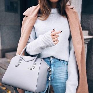 Wie kombinieren: beige Mantel, grauer Oversize Pullover, hellblaue Jeans, graue Shopper Tasche aus Leder