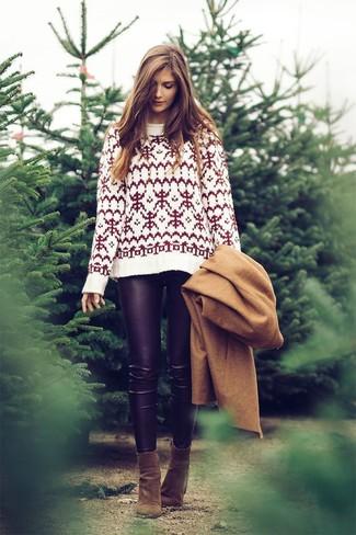 Wie kombinieren: beige Mantel, weißer Pullover mit einem Rundhalsausschnitt mit Fair Isle-Muster, schwarze Lederleggings, olivgrüne Wildleder Stiefeletten