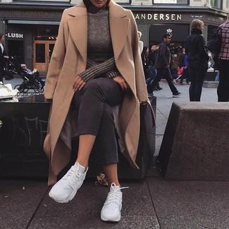 Weiße Sportschuhe kombinieren – 122 Damen Outfits: Diese Kombination aus einem beige Mantel und einer dunkelgrauen Caprihose bietet die optimale Balance zwischen einem Trend-Look und modernem Charme. Fühlen Sie sich mutig? Wählen Sie weißen Sportschuhe.