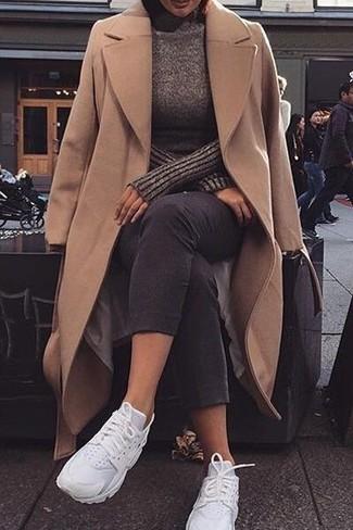 Wie kombinieren: beige Mantel, dunkelbrauner Rollkragenpullover, schwarze enge Jeans, weiße Sportschuhe