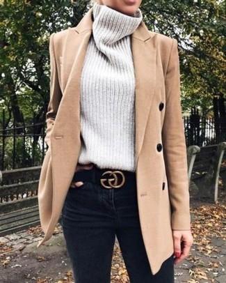 Wie kombinieren: beige Mantel, grauer Strick Rollkragenpullover, schwarze enge Jeans, schwarzer Wildledergürtel
