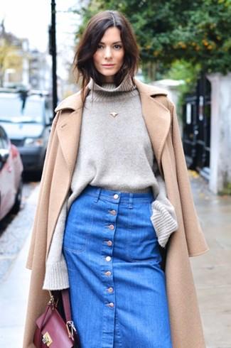 Zeigen Sie Ihre verspielte Seite mit einem Beige Mantel und einem Blauen Jeansrock mit knöpfen.