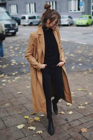 Wie kombinieren: beige Mantel, schwarzer Rollkragenpullover, schwarze enge Jeans, schwarze Leder Stiefeletten