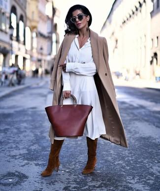 Braune kniehohe Stiefel aus Wildleder kombinieren – 8 Damen Outfits kühl Wetter: Erwägen Sie das Tragen von einem beige Mantel und einem weißen Shirtkleid, umein harmonisches, lockeres Outfit zu erhalten, der im Kleiderschrank der Frau nicht fehlen darf. Braune kniehohe Stiefel aus Wildleder sind eine gute Wahl, um dieses Outfit zu vervollständigen.