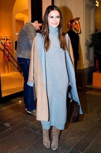 Miroslava Duma trägt Beige Mantel, Graues Sweatkleid, Graue Kniehohe Stiefel aus Wildleder, Dunkelbraune Satchel-Tasche aus Leder
