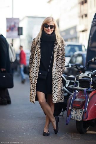 Wie kombinieren: beige Mantel mit Leopardenmuster, schwarzes Sweatkleid, schwarze Leder Ballerinas, schwarze Leder Umhängetasche