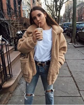 Hellblaue Jeans mit Destroyed-Effekten kombinieren: Ein beige Fleece-Mantel und hellblaue Jeans mit Destroyed-Effekten werden zum idealen Freizeit-Look.