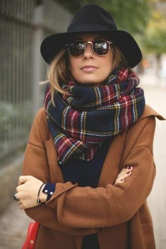 Wie schwarzen Hut mit beige Mantels zu kombinieren (7