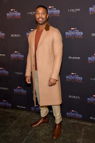 Wie kombinieren: beiger Mantel, orange Pullover mit einem Rundhalsausschnitt, hellbeige Anzughose, braune Chelsea-Stiefel aus Leder