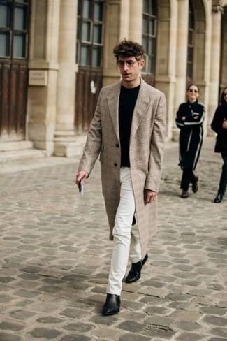 Weiße Jeans kombinieren: trends 2020: Kombinieren Sie einen beigen Mantel mit Schottenmuster mit weißen Jeans für Ihren Bürojob. Wählen Sie schwarzen Chelsea-Stiefel aus Leder, um Ihr Modebewusstsein zu zeigen.