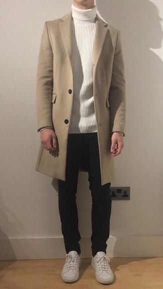 Weiße Leder niedrige Sneakers kombinieren – 500+ Herren Outfits: Tragen Sie einen beigen Mantel und schwarzen Jeans, um einen modischen Freizeitlook zu kreieren. Weiße Leder niedrige Sneakers liefern einen wunderschönen Kontrast zu dem Rest des Looks.