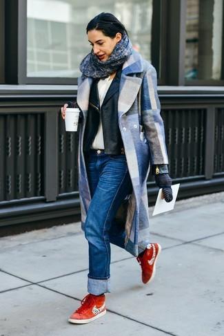 Wie kombinieren: blauer Mantel mit Karomuster, schwarze Leder Bikerjacke, weißes Seide Businesshemd, blaue Jeans