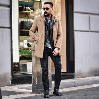 Wie kombinieren: camel Mantel, schwarze Leder Bikerjacke, grauer Pullover mit einem Rundhalsausschnitt, weißes Langarmhemd