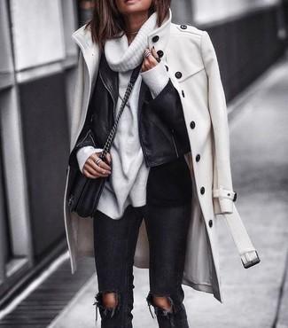 Wie kombinieren: weißer Mantel, schwarze Leder Bikerjacke, weißer Pullover mit einer weiten Rollkragen, schwarze enge Jeans mit Destroyed-Effekten