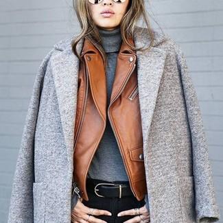 Wie kombinieren: grauer Mantel, braune Leder Bikerjacke, dunkelgrauer Rollkragenpullover, schwarze enge Jeans