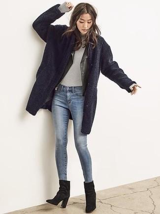 Wie kombinieren: dunkelblauer Fleece-Mantel, schwarze Leder Bikerjacke, grauer Rollkragenpullover, blaue enge Jeans