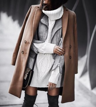 Braunen Mantel kombinieren – 137 Damen Outfits: Mit dieser Paarung aus einem braunen Mantel und einer grauen Wildleder Bikerjacke werden Sie die ideale Balance zwischen einem Tomboy-Look und modernem Charme erreichen. Fühlen Sie sich mutig? Vervollständigen Sie Ihr Outfit mit schwarzen Overknee Stiefeln aus Wildleder.