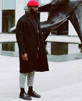 Wie kombinieren: schwarzer Mantel, schwarze Leder Bikerjacke, schwarzes T-Shirt mit einem Rundhalsausschnitt, graue Wollanzughose