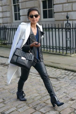 Schwarze enge Jeans aus Leder kombinieren – 153 Damen Outfits: Probieren Sie diese Kombination aus einem weißen Mantel und schwarzen engen Jeans aus Leder, umeinen lockeren Look zu erzielen, der in der Garderobe der Frau nicht fehlen darf. Schwarze Wildleder Stiefeletten sind eine gute Wahl, um dieses Outfit zu vervollständigen.