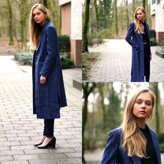 4ccd05167abf blauer vertikal gestreifter Mantel, schwarzes kurzes Oberteil, dunkelblaue  Jeans, schwarze Leder Pumps für Damen   Damenmode