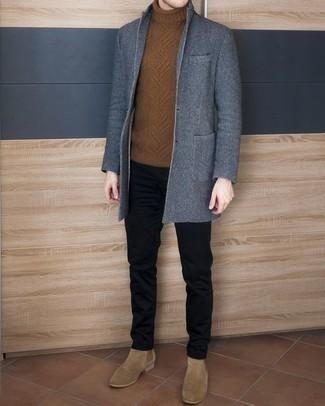 Herren Outfits & Modetrends 2020: Kombinieren Sie einen blauen Mantel mit einer schwarzen Chinohose, um einen modischen Freizeitlook zu kreieren. Beige Chelsea Boots aus Wildleder sind eine einfache Möglichkeit, Ihren Look aufzuwerten.