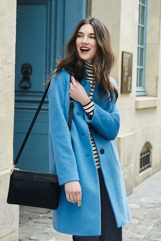 Wie kombinieren: blauer Mantel, weißer und schwarzer horizontal gestreifter Rollkragenpullover, schwarze weite Hose, schwarze Wildleder Umhängetasche