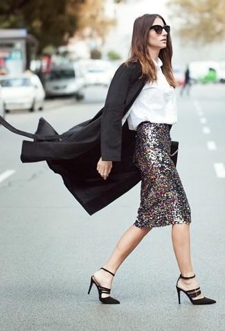 Wie kombinieren: schwarzer Mantel, weiße Bluse mit Knöpfen, silberner Paillette Bleistiftrock, schwarze Wildleder Sandaletten
